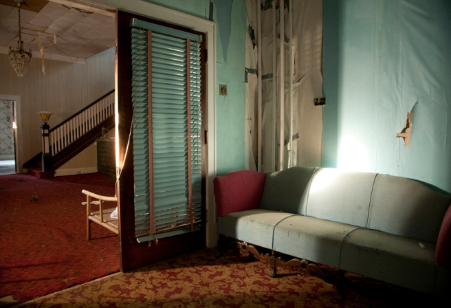 Blue_Sofa_-_Hotel_Columbia_in_Sharon_Springs__New_York__2012_